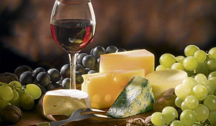 Comprueban que un trozo de queso y una copa de vino al día ayudan a combatir la demencia